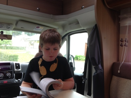 Simon letar stämplar i serviceboken